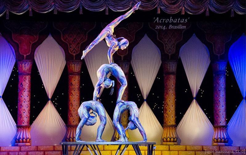 Farbfoto: 3 Akrobatinnen im Brückenstand (2+1), obenauf eine im Handstand - 2014, Brailien