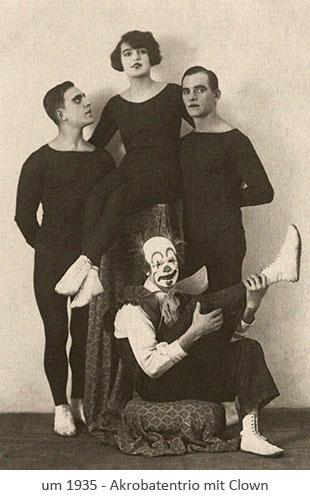 sw Postkarte: 2 Akrobaten mit Akrobatin in der Mitte, davor sitzender ~1935 Clown
