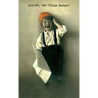 alte kolorierte Postkarte: hocherfreuter Bub mit Nickelbrille und Zeitung in der Hand