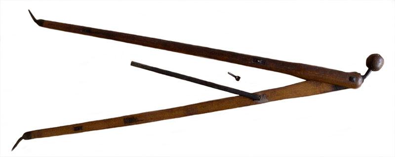 zusammengeklappter Feldzirkel aus Holz