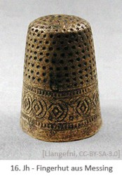 Farbfoto: Fingerhut aus Messing - 16. Jh