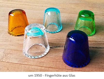 Farbfoto: Fingerhüte aus Glas in verschiedenen Farben - um1950