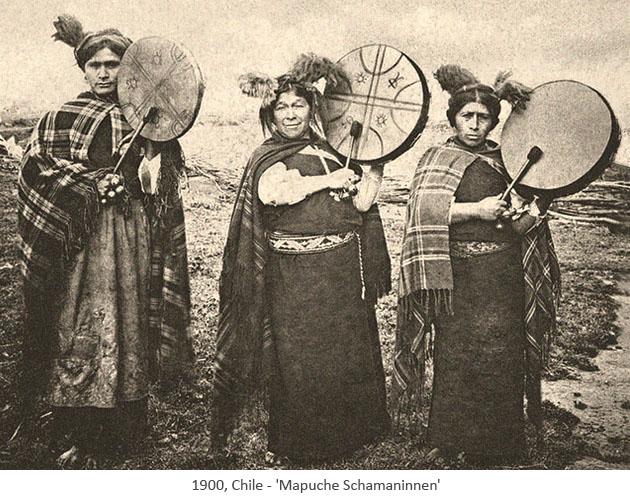 sw Foto: 3 trommelnde Mapuche Schamaninnen - 1900, Chile
