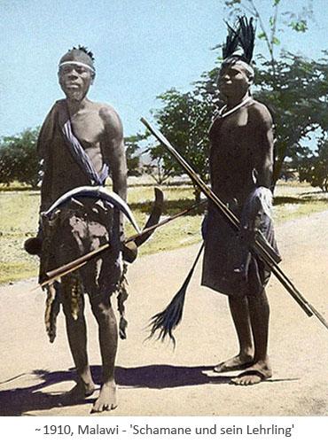 koloriertes Foto: Schamane und Lehrling ~1910, Malawi