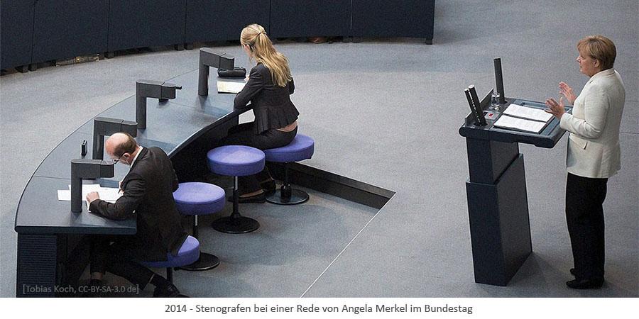 Farbfoto: Stenograf und Stenografin protokollieren Rede von A. Merkel im Bundestag - 2014