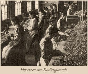 sw Foto: Frauen setzen Radiergummis in die Metallhülsen ein