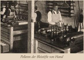 sw Foto: Männer polieren Bleistifte von Hand