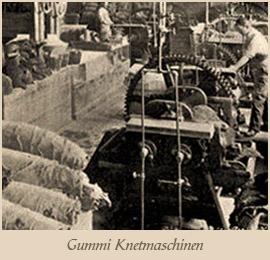 sw Foto: Männer bedienen Gummi-Knetmaschinen