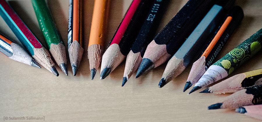 Farbfoto: diverse Bleistifte als Fächer gelegt in Nahaufnahme