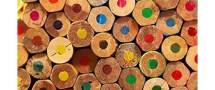 Farbfoto: viele Buntstiftenden als Nahaufnahme