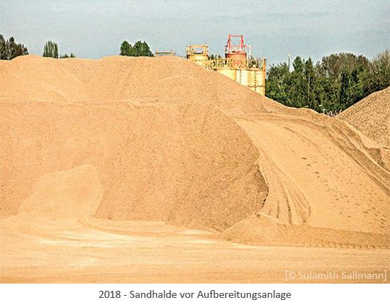 Farbfoto: Sandhalde vor Aufbereitungsanlage - 2018