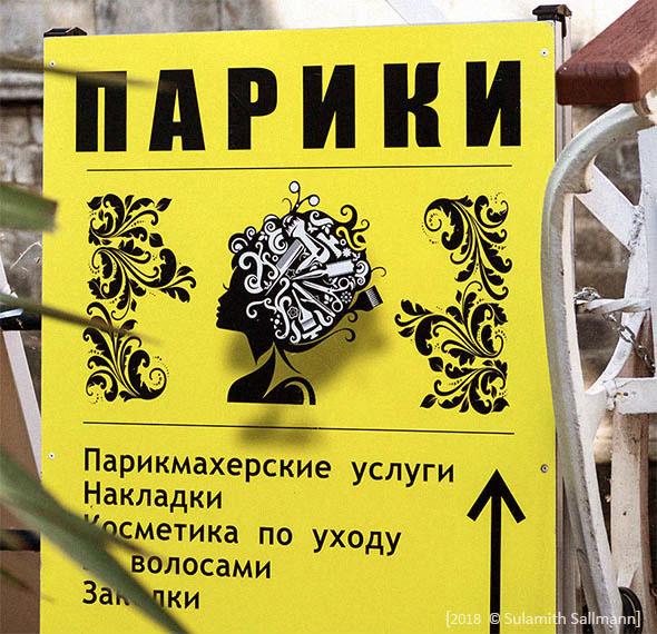 Farbfoto: russ. Straßenwerbung für moderne Perücken