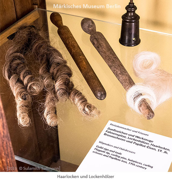 Farbfoto: Haarlocken und Löckenhölzer