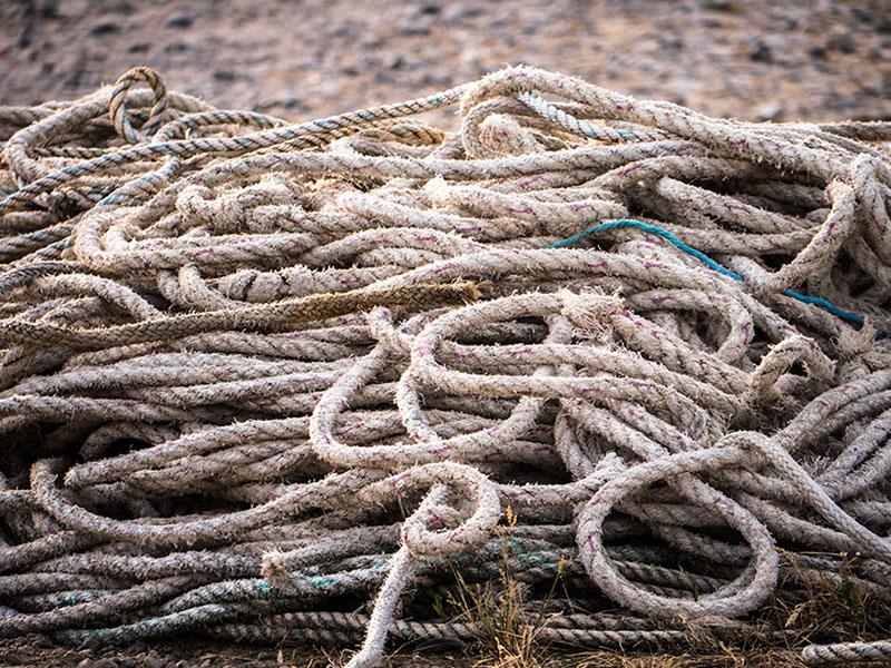 viele alte Seile auf einem Haufen