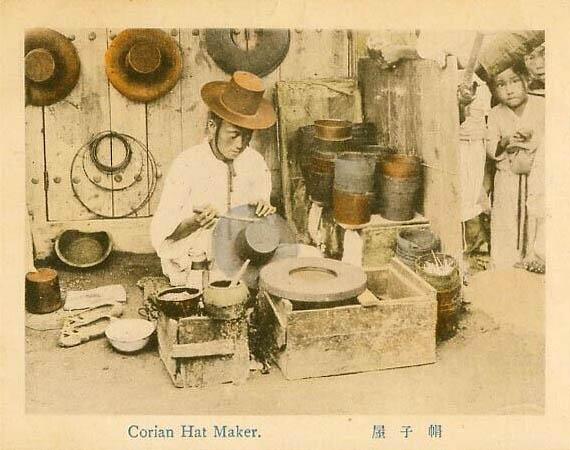 kolorierte alte Postkarte: koreanischer Hutmacher