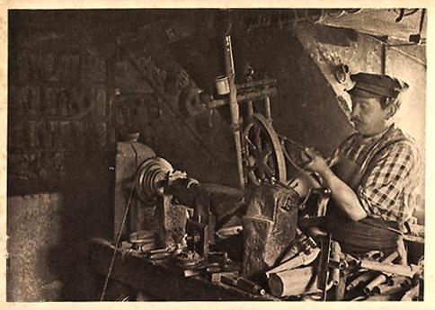 Fotokarte: Mann in der Werkstatt an der Drehbank