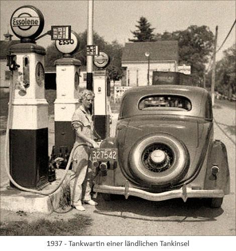 sw Foto: Tankwartin einer ländlichen Tankinsel - 1937