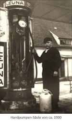 sw Foto: Mann bedient Hebel einer Handpumpen-Säule ~1930