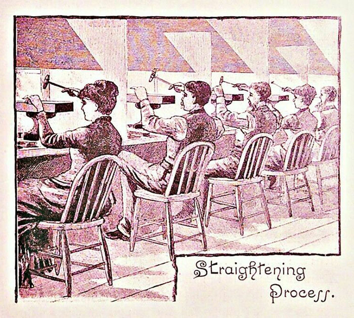 Zeichnung Arbeiter*innen sitzen und hämmern
