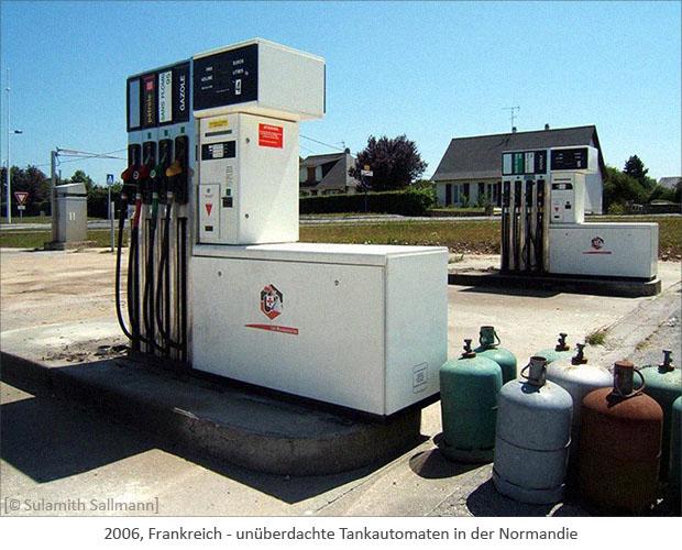 Farbfoto: unüberdachte Tankautomaten in der Normandie - 2006, Frankreich