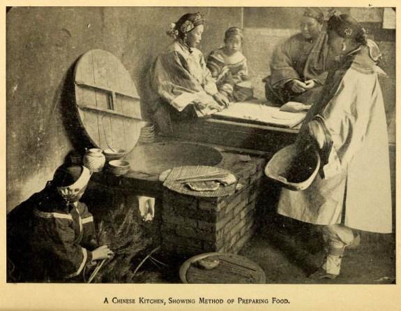 monochrome altes Foto: Frauen beim Backen