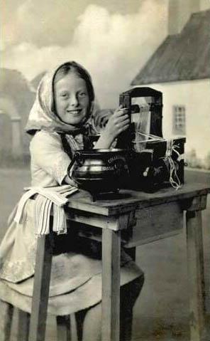 sw-Foto: Mädchen macht Nudeln mit einer Nudelmaschine