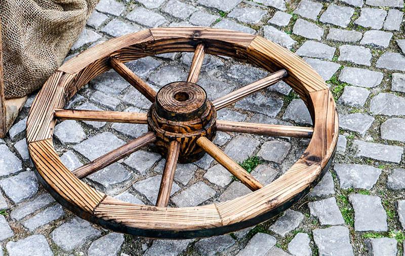 Farbfoto: Holzrad liegt auf dem Boden