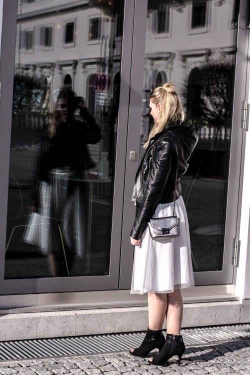 Modetrends Frühling 2017. Die Frühlingstrends von den 80s über Pink und Neon, hin zu Blumenmustern, Statement Shirts, Lingerie, Pailletten und extravaganten Ärmeln. Mit einer Mikrohandtasche und Flippern und/ oder spitzen Schuhen, wird dein Look perfekt.