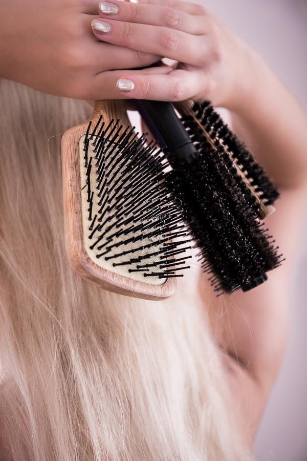 Obwohl wir täglich Föhnen, Glätten, Locken und Stylen gibt es 5 Haarstyling - Sünden, die wir immer wieder begehen. Klicke hier für Haarstyling Tipps für Mittellange oder Lange Haare mit Pony oder ohne. #haarstyling #haarstylinghacks #haarstylingtipps