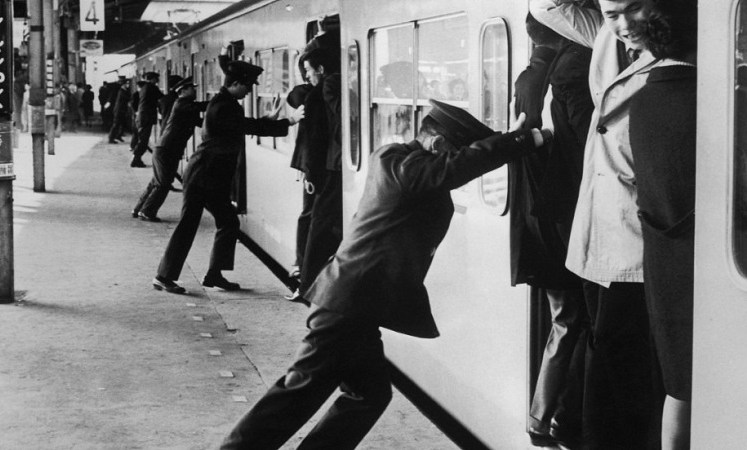 وظيفة مكدّسوا ركاب القطارات في اليابان، أحد أغرب الوظائف في العالم