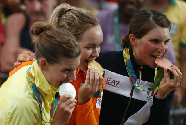عض الرياضيون الأولمبيون للميداليات