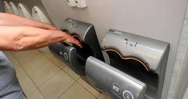 لماذا عليك تجنب مجففات الأيدي في الحمامات العامة؟