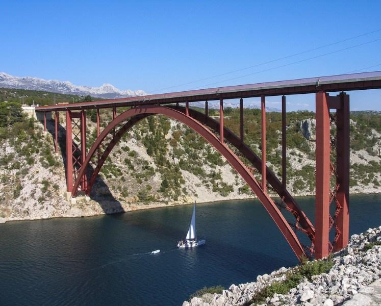 لماذا تكون بعض الجسور مقوسة الشكل؟