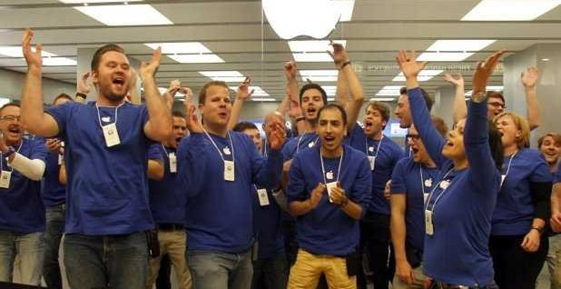 germany-apple-store-employees-iphone-5-line-4
