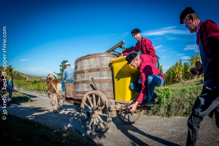 Horse, cart, coachman and confreres rush down the steep slope at a speed that accelerates and accelerates again! At the price of acrobatic contortions, one of the confreres aboard the cart tries to squeeze the brake.