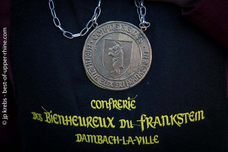 The bear is the emblem of the city. It appears on the medal of the Confrérie des Bienheureux du Frankstein