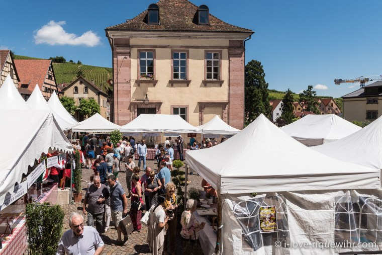 The stands of restaurateurs and winemakers at the Knepfelfacht in Riquewihr.