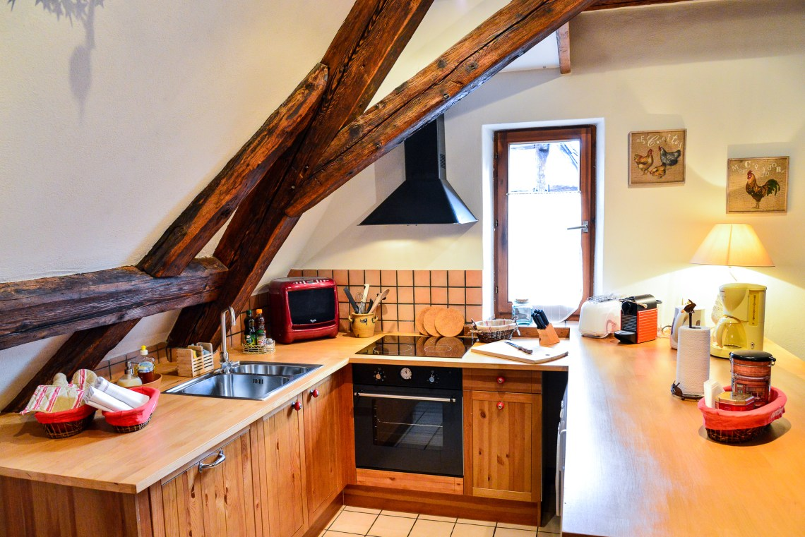 The kitchen of the Klevner, charming holiday apartment in Riquewihr on the Alsace Wine Route, ideal for a family of 2 adults + 1 child.