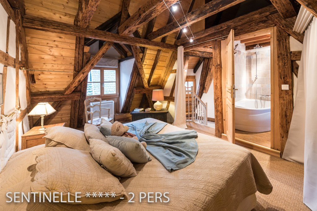 The bedroom and bathroom of the Sentinel, charming holiday apartment for 2 persons in Riquewihr in Alsace