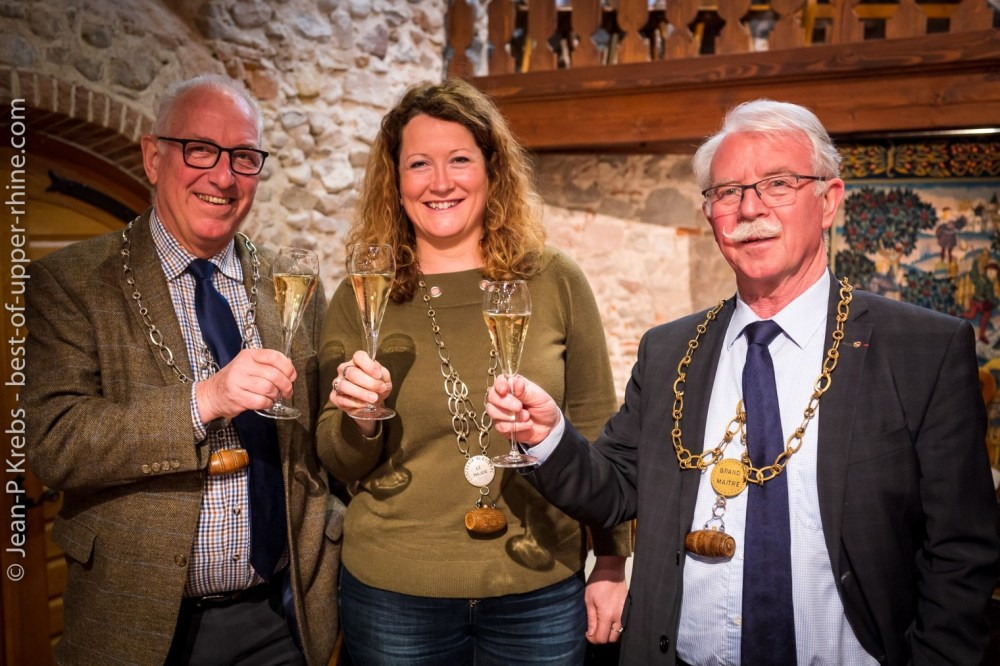 Céline Stentz (Domaine Stentz-Bucher in Wettolsheim), new Major 2019, is surrounded by David Ling (left) in charge of international relations and Jean-Louis Vézien, new Grand Master 2019 of the Brotherhood. Note: The Youth Council, chaired for a year by the Major, brings together aspirants to the Grand Council of less than 45 years: they work actively on the missions of the Brotherhood, and are responsible for the custody of the treasures of the wine shop and the organization of tasting workshops (see the program).