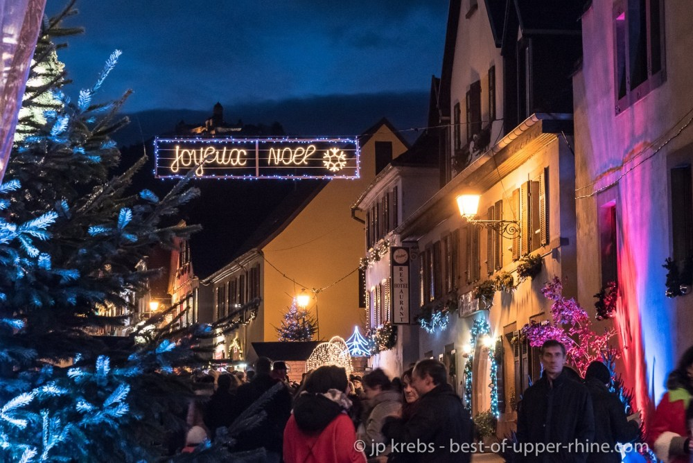Orschwiller Christmas Market with view on Haut-Koenigsbourg castle.
