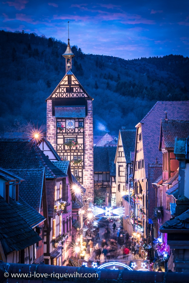 Riquewihr and its Christmas market, overlooking the rue du General de Gaulle and the Dolder illuminated with a thousand lights. The magic of the Christmas atmosphere operates every year from the end of November to the beginning of January