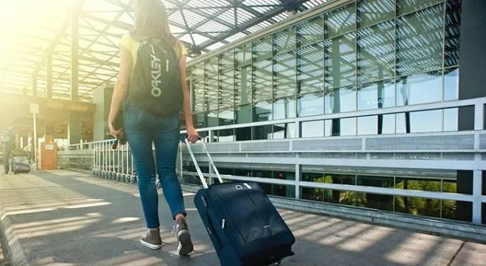 woman wearing oakley enduro 20l 2.0 backpack