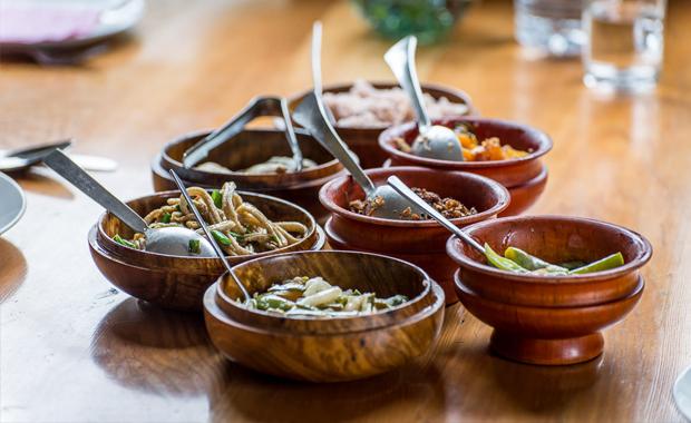Bữa ăn Bhutan với các mảnh chén Dappa dùng để đựng món ăn