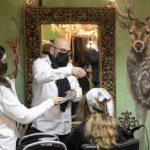 Les salons de coiffure allemands rouvrent avec l'assouplissement des règles relatives aux virus – News 24