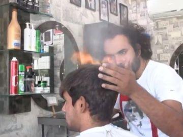 Chalumeau ou hachoir ? Ce coiffure dévoile sa technique pour couper les cheveux (vidéo) - Vibration