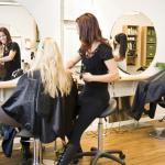 Le collectif «coiffure en lutte» dénonce des prix généralement plus élevés pour les femmes que pour les hommes, indépendamment de la longueur de la chevelure et donc du temps consacré à la coupe.