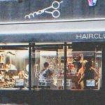 Une femme humilie une coiffeuse devant son fils et obtient ce qu'elle mérite