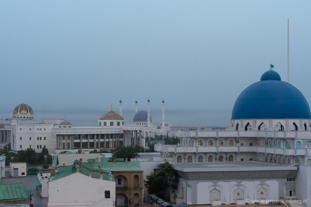Stadsgezicht Turkmenistan met grote witte marmeren gebouwen en blauwe koepels