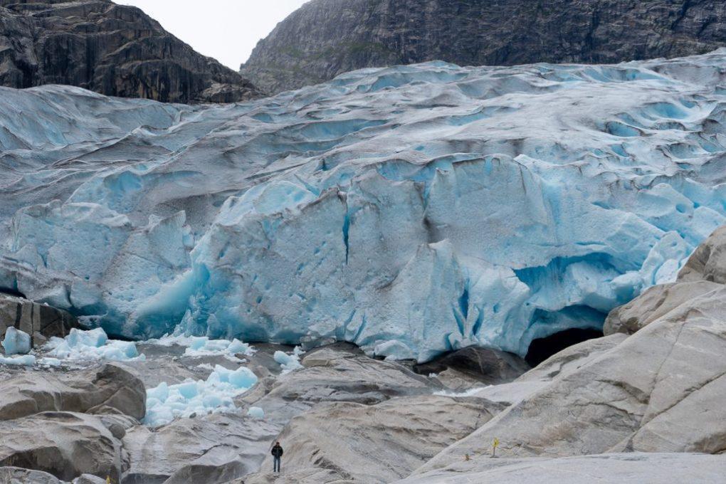 kamperen met uitzicht op gletsjers met witblauw ijs